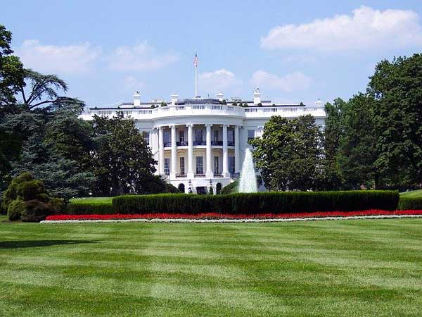 Maison Blanche et pelouse verte