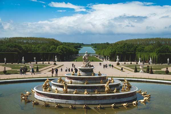Jardin du château de Versailles avec le gazon au loin
